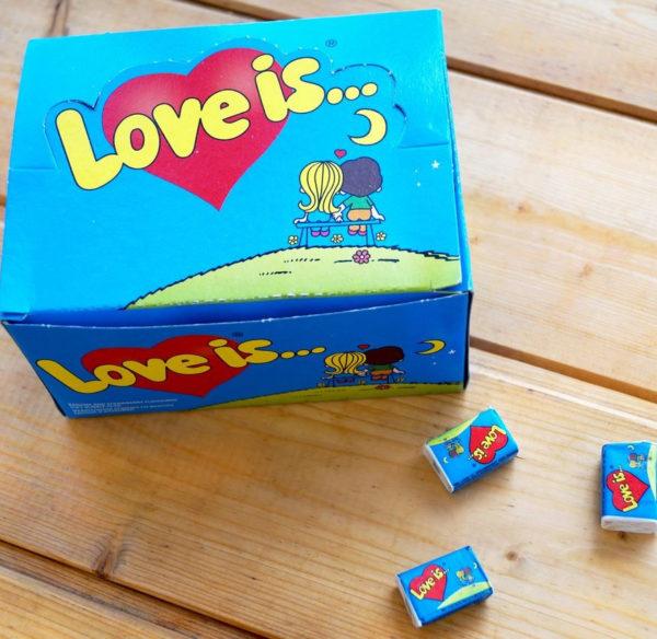 Коробка жвачек «Love is…»
