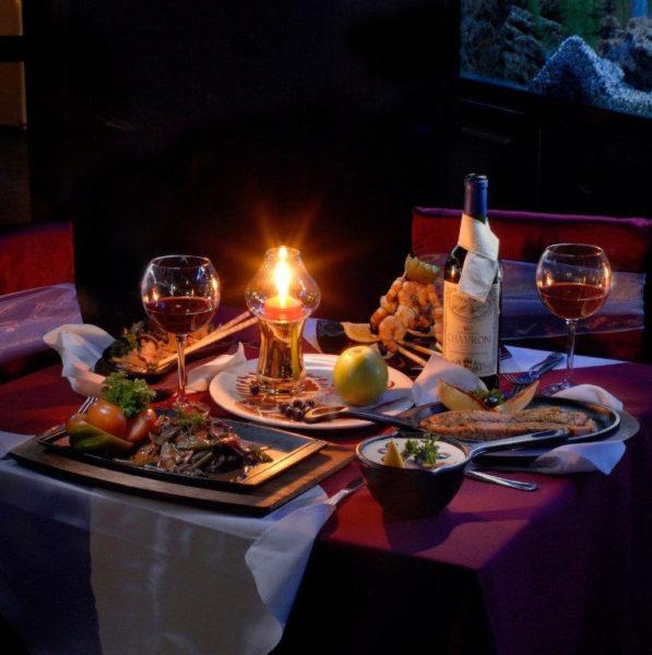 Ужин в романтической обстановке при свечах